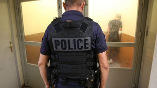 Un Policier dans les locaux de garde à vue d'un commissariat le 5 août 2021. (Photo d'illustration) (JEAN-FRAN?OIS FREY / MAXPPP)