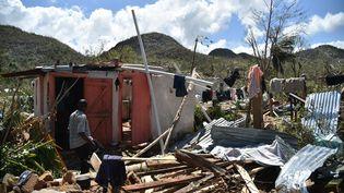 Les habitants regardent les dégâts causés par l'ouraganMatthew, le 7 octobre 2016. (HECTOR RETAMAL / AFP)
