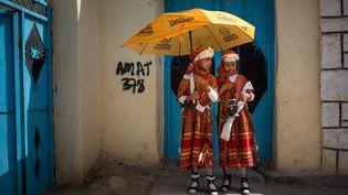 Deux fillettes sous un parapluie aux couleurs du parti d'opposition Waddani, lors de la campagne électorale le 25 mai 2021 àHargeisa,la capitale de la république autoproclamée du Somaliland. (MUSTAFA SAEED / AFP)