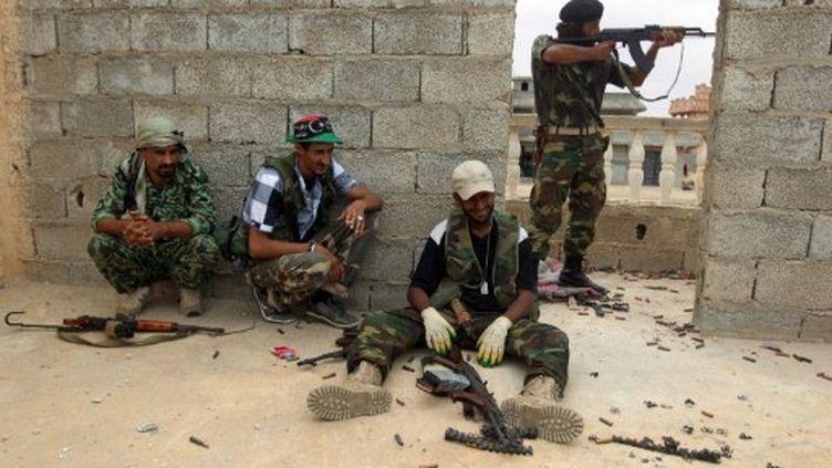 Des combattants du CNT lors de la bataille de Syrte, vendredi 7 octobre 2011. (AHMAD AL-RUBAYE / AFP)