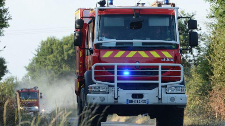 Un camion de pompiers à Erbray en France le 17 juillet 2019, lors d'une intervention sur un feu de végétation (RONAN HOUSSIN / HANS LUCAS)