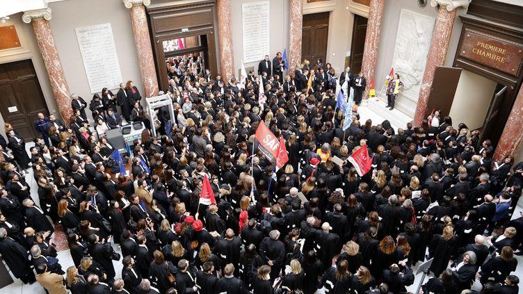 Plusieurs dizaines d'avocats, magistrats, greffiers ont manifesté le 30 mars au tribunal de grande instance de Marseille contre la réforme de la justice. (MAXPPP)