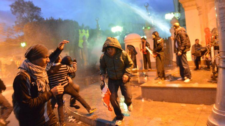 les forces de l'ordre ont tenté vendredi 1er février 2013 de disperser les manifestants lançant des cocktails molotov devant le palais présidentiel au Caire (Egypte) (KHALED DESOUKI / AFP)