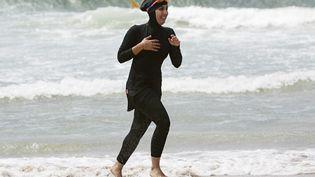Une secouriste volontaire porte le burkini sur une plage australienne près de Sydney, le 13 janvier 2007. (TIM WIMBORNE / REUTERS)
