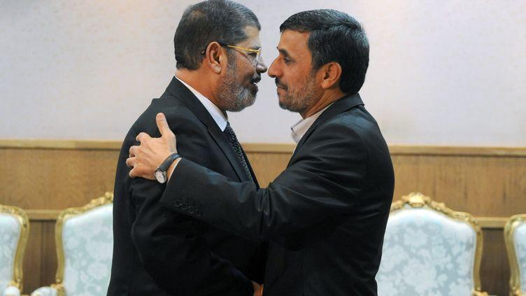 Le président égyptien, Mohammed Morsi (à gauche), et le président iranien,Mahmoud Ahmadinejad (à droite), à Téhéran (Iran) le 30 août 2012. (SAJAD SAFARI / IIPA / AFP)