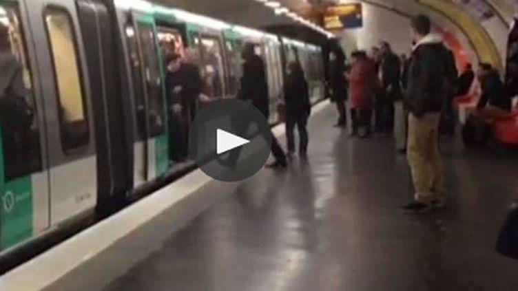 (Une scène filmée mardi soir dans le métro parisien © capture d'écran)