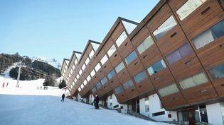 Aux Arcs (Savoie), une station à l'architecture particulière permet de skier dans un décor original. (CAPTURE D'ÉCRAN FRANCE 3)