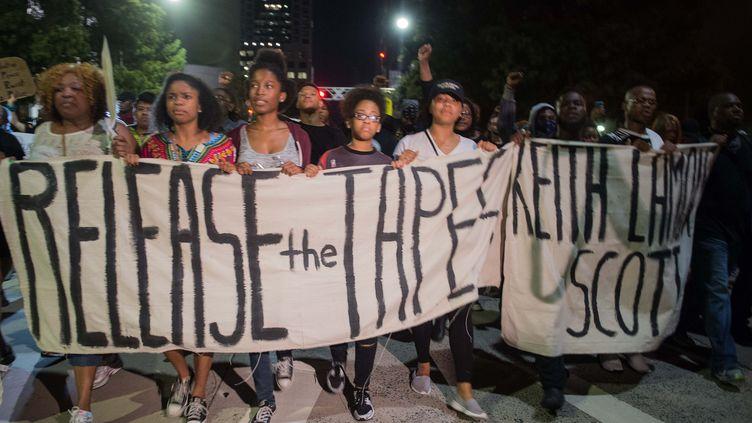 Des personnes manifestent à Charlotte (Caroline du Nord, Etats-Unis) le 23 septembre 2016. (NICHOLAS KAMM / AFP)