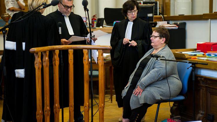 Dominique Cottrez assise (à droite), au premier jour de son procès, le 25 juin 2015 à Douai (Nord). (PHILIPPE HUGUEN / AFP)