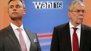 Norbert Hofer, candidat d'extrême droite et Alexander Van der Bellen, candidat écologiste, lors d'un débat télévisé pour la présidentielle, à Vienne (Autriche), le 24 avril 2016. (HEINZ-PETER BADER / REUTERS)