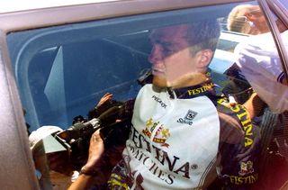 Richard Virenque, en larmes, le jour de son exclusion du tour de France le 18 juillet 1998 à Correze. (JOEL SAGET / AFP)