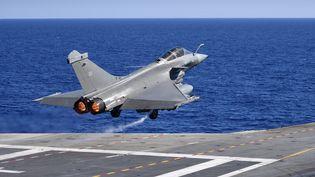 """Un Rafale décollant du porte-avion """"Charles-de-Gaulle"""", le 1er octobre 2016. (ERIC FEFERBERG / AFP)"""