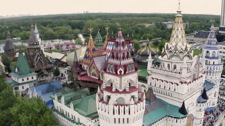 Découverte : près de Moscou, dans le marché hors du temps d'Izmaïlovo (FRANCE 2)