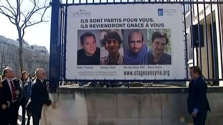 capture d'écran, el 6 mars 2014,Les portraits des quatre journalistes détenus depuis neuf mois sont dévoilés sur les grilles de l'universitéParis-Dauphine ( FRANCE 3 / FRANCETV INFO)