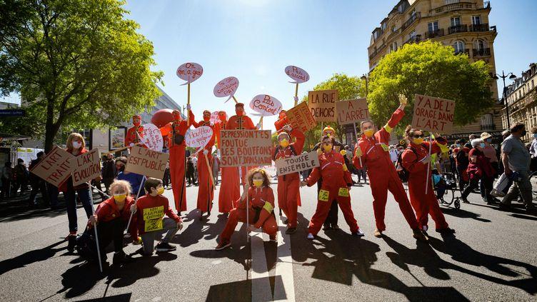 Des personnes manifestent à l'appel des occupants du théâtre de l'Odéon, à Paris, le 23 avril 2021, contre la réforme de l'assurance chômage. (MARTIN NODA / HANS LUCAS / AFP)