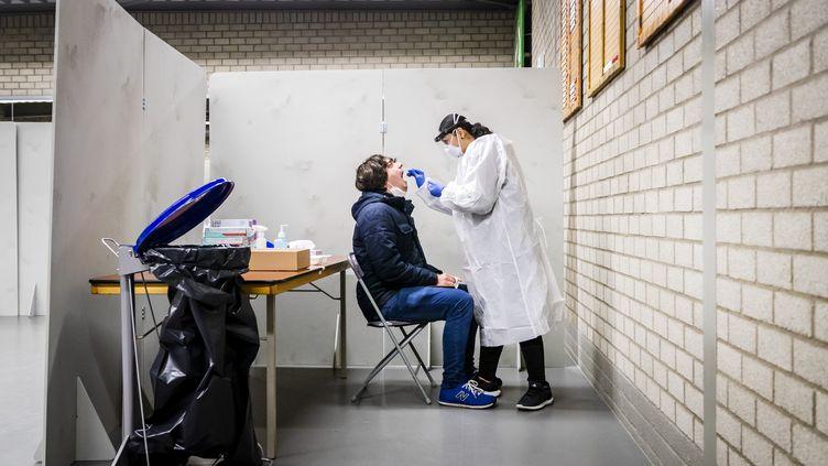 Un homme se fait tester, le 13 janvier 2021,Bergschenhoek, aux Pays-Bas. (REMKO DE WAAL / ANP / AFP)