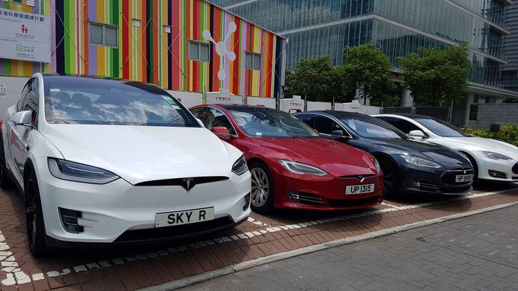 Des voitures électriques Tesla à Hong Kong, en juin 2017. (BOBBY YIP / REUTERS)