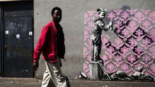 Paris, 24 juin 2018 : une oeuvre qui pourrait être de Banksy dans le nord de Paris, en bordure du périphérique.  (Philippe LOPEZ / AFP)