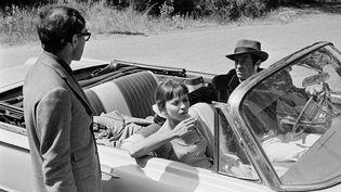 Le réalisateur Jean-Luc Godard avec Anna Karina et Jean-Paul Belmondo sur le tournage du film Pierrot Le Fou en France, en juin 1965 (REPORTERS ASSOCIES / GAMMA-RAPHO)