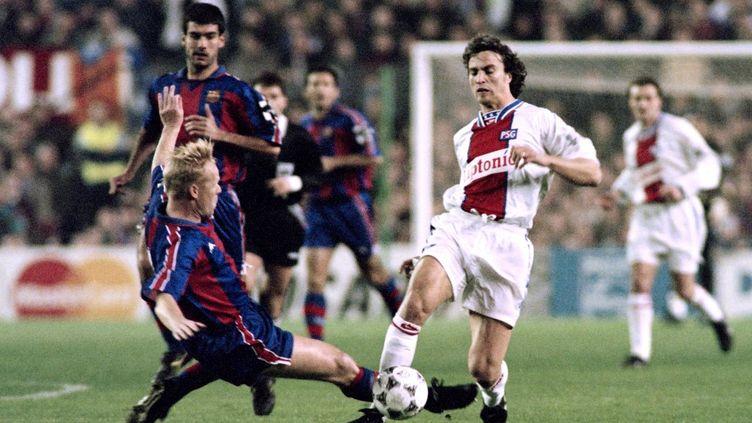 David Ginola taclé par Ronald Koeman, lors du match PSG - Barcelone en mars 1995. (GERARD JULIEN / AFP)