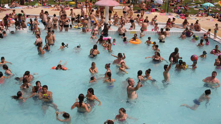 La foule se rafraîchit pendant la canicule dans une piscine de Thionville (Moselle), le 4 juillet 2015. (MAXPPP)