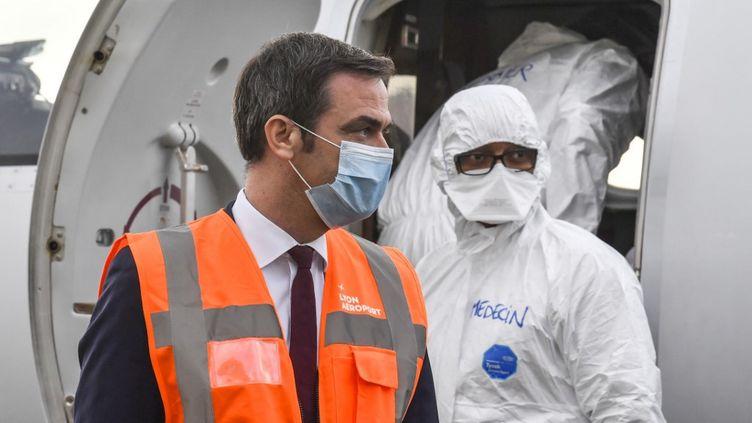 Le ministre de la Santé, Olivier Veran, descend d'un avion médical à l'aéroport de Bron, près de Lyon, le 16 novembre 2020. (PHILIPPE DESMAZES / AFP)