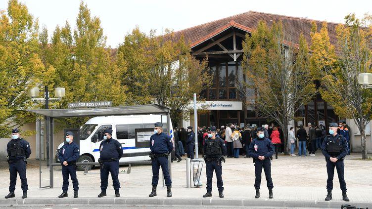 Des policiers déployés devant le collège du Bois d'Aulne,àConflans-Sainte-Honorine (Yvelines), le 17 octobre 2020. (BERTRAND GUAY / AFP)