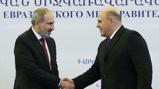 Le Premier ministre arménienNikol Pachinian (à gauche) et son homologue russe,Mikhail Mishustin(à droite), à Erevan, en Arménie, le 9 octobre 2020. (DMITRY ASTAKHOV / SPUTNIK / AFP)