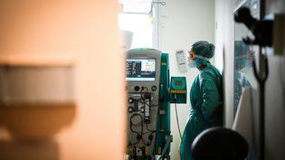 Une infirmière surveille un patient atteint du Covid-19 dans le service de réanimation au centre hospitalier de Nevers dans laNièvre, jeudi 4 juin 2020 (photo d'illustration). (PIERRE DESTRADE / MAXPPP)