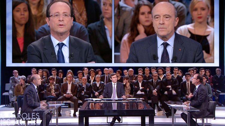 """François Hollande (à g.) et Alain Juppé (à dr.) sur le plateau de l'émission """"Des paroles et des actes"""", le 26 janvier 2012. (FRANCE 2 / AFP)"""