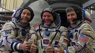 L'astronaute françaisThomas Pesquet, le cosmonaute russe Oleg Novitsky et l' astronaute américaine Peggy Whitson posent devant lesimulateur de Soyouz,lors d'un entrainementau Centre de formation des cosmonautes aux environs deMoscou (Russie), le 25 octobre 2016. (KIRILL KUDRYAVTSEV / AFP)
