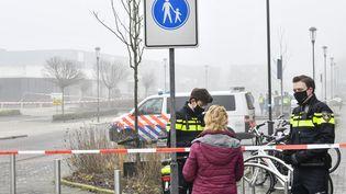La police a installé un cordon de sécurité dans une rue de Bovenkarspel (Pays-Bas), après l'explosion d'un engin à proximité d'un centre de dépistage du Covid-19, le 3 mars 2021. (INTER VISUAL STUDIO / ANP / AFP)