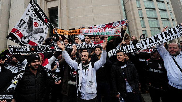 Les supporters turques sont venus protester devant le tribunal. (OZAN KOSE / AFP)