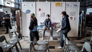 Dans un centre de vaccination contre le Covid-19, à Toulouse (Haute-Garonne), le 5 mai 2021. (LIONEL BONAVENTURE / AFP)