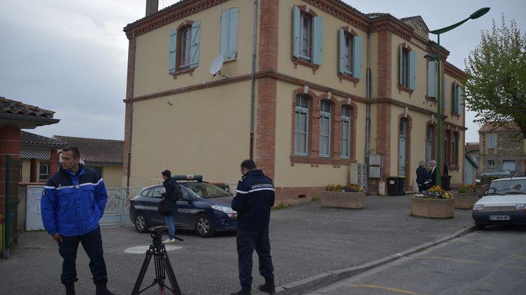 Un arbre est tombé dans une école de Bessens (Tarn-et-Garonne), blessant grièvement deux enfants, le 18 avril 2019. (PASCAL PAVANI / AFP)