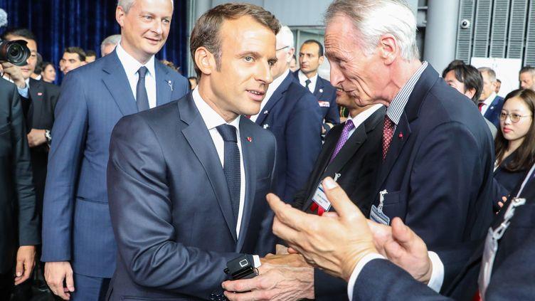 Le président de la République, Emmanuel Macron,avec le président de Renault, Jean-Dominique Sénard, à Tokyo (Japon), le 27 juin 2019. (LUDOVIC MARIN / POOL)