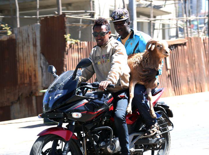 Deux Ethiopiens en moto à Addis Abeba, la capitale éthiopienne, le 5 janvier 2017. (MINASSE WONDIMU HAILU / ANADOLU AGENCY)
