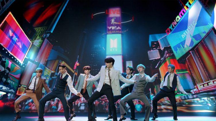 Le groupe BTS sur scène lors des MTV Music Awards enregistrés le 30 août 2020 à New York. (- / MTV / AFP)
