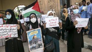 Des étudiants devant la Faculté de médecine de l'Université de Khartoum manifestent contre la normalisation des relations avecIsraël, le 26 octobre 2020. (MAHMOUD HJAJ / ANADOLU AGENCY)