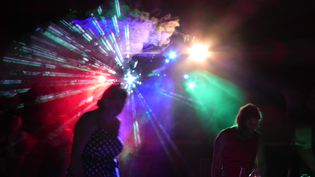Une piste de danse dans une discothèque. Photo d'illustration. (STÉPHANE MILHOMME / FRANCE-INFO)