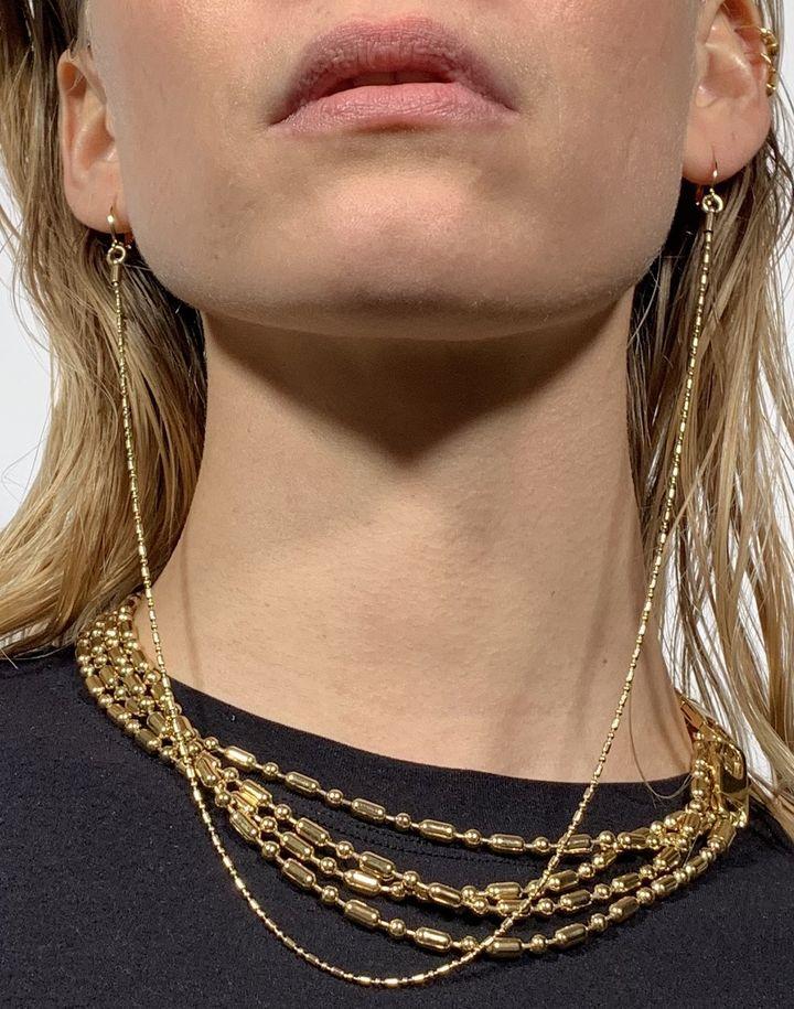 Bijoux domestique : long thin chan double earrings gold. 2021 (Simon Delacour)