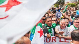 L'opposant algérien Karim Tabbou (G) à Béjaia, le 24 mai 2019. (SAMIR MAOUCHE / HANS LUCAS)