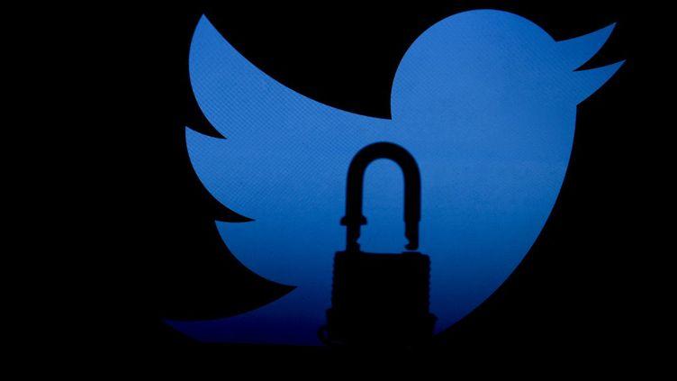 Image d'illustration montrant lelogo de Twitter avec un cadenas, le 28 février 2021. (MUSTAFA CIFTCI / ANADOLU AGENCY / AFP)