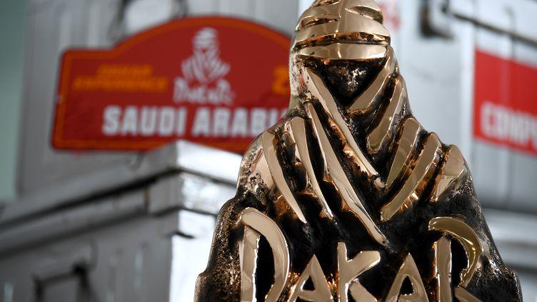 Trophé du Dakar, exposé à Paris, pour l'ouverture des inscriptions à l'édition 2021 rallye. (FRANCK FIFE / AFP)