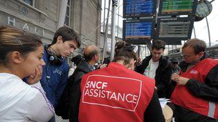 """La SNCF souligne que de nombreux """"gilets rouges"""" circuleront dans les gares pour informer les usagers, durant la grève du 13 juin 2013. (FREDERICK FLORIN / AFP)"""