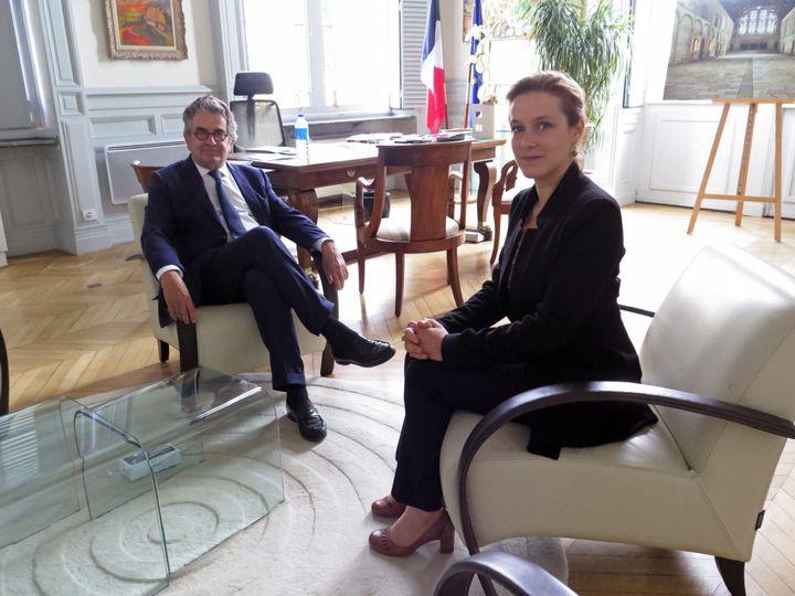 Le maire sortant Alain Claeys convie la future maire Léonore Moncond'huy dans son bureau de l'hôtel de ville de Poitiers (Vienne), le 30 juin 2020. (MAXPPP)