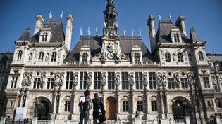 Devant l'hôtel de ville de Paris, le 22 mars 2011. (MAXPPP)