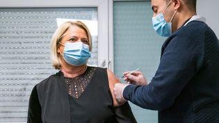 Marina Carrère d'Encausse, médecin et présentatrice sur France Télévisions, se fait vacciner, le 6 janvier 2021 à la maison médicale d'Aulnay-sous-Bois (Seine-Saint-Denis). (VOISIN / PHANIE / AFP)