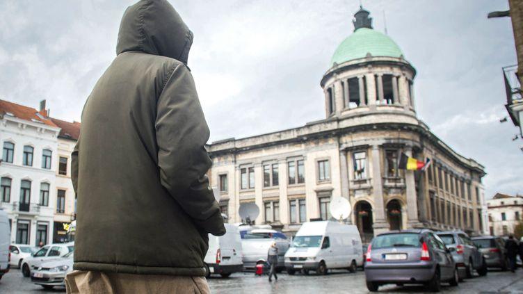 (Un homme marche dans une rue de Molenbeek ©maxPPP)