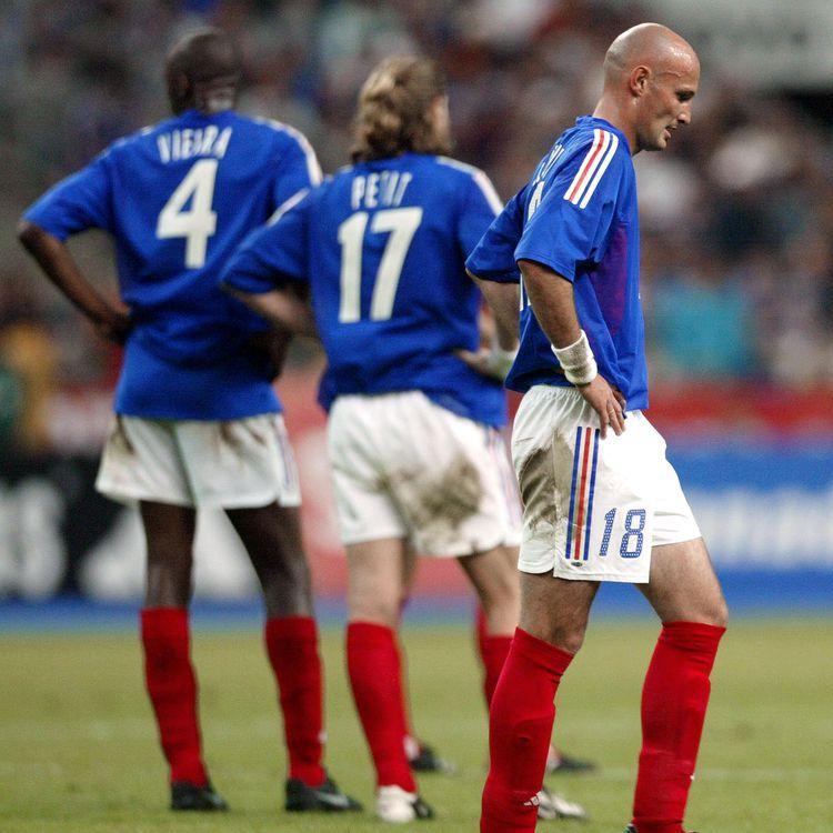 (de gauche à droite) Les joueurs tricolores Patrick Vieira, Emmanuel Petit et Franck Lebœuf lors de la défaite de la France face à la Belgique en match amical, le 18 mai 2002, au Stade de France de Saint-Denis (Seine-Saint-Denis). (FRANCK FIFE / AFP)